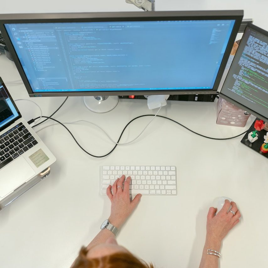Swyx Arbeitsplatz mit Notebook und zwei Monitoren