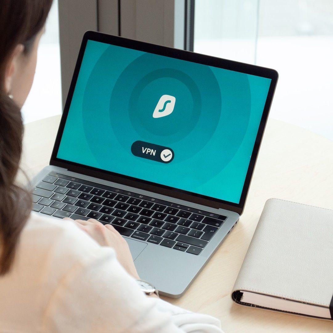 VPN Frau schaut auf Notebook Bildschirm-VPN steht darauf