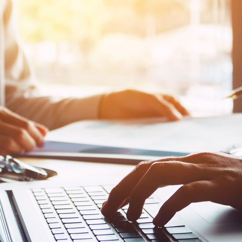 IT-Dienstleistungen besprechen zwei menschen bei einem geschäftsmeeting