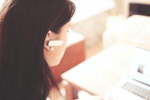 swyx und teams Frau mit Headset vor Notebook